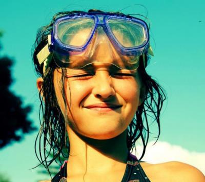 El agua de mi piscina me irrita los ojos y desprende olor intenso a cloro