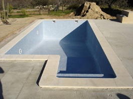 Coronación y revestimiento de la construcción de una piscina